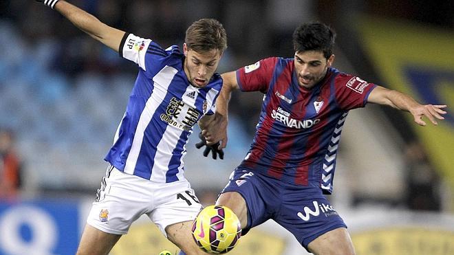 Un gol de Xabi Prieto da un respiro a la Real en el derbi guipuzcoano