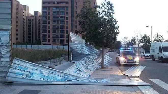 Un hombre muere en Valencia al caerle un muro derribado por el viento