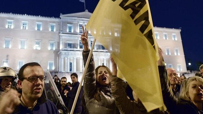 Miles de personas claman en Atenas contra el «chantaje» del BCE
