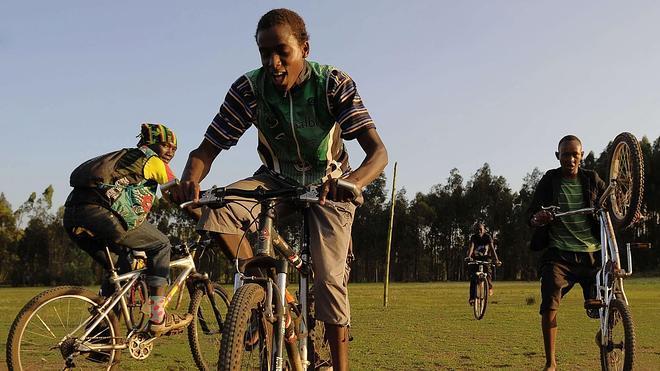 Canastas, bicicletas y zapatillas para afrontar la pobreza de Kenia y Tanzania