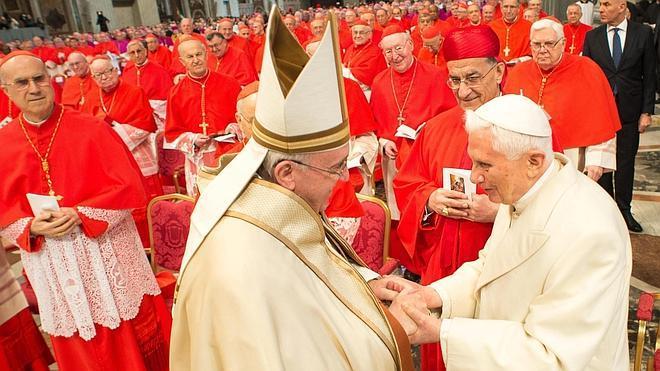 Nuevo abrazo del papa Francisco y Benedicto XVI