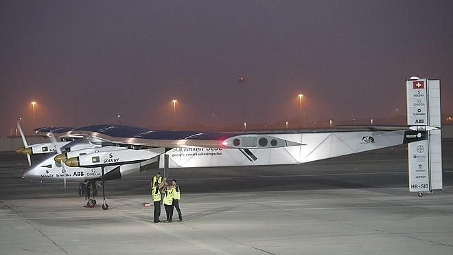 El avión Solar Impulse 2 despega para dar su primera vuelta al mundo sin carburante