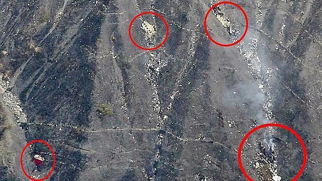 Francia localiza una de las cajas negras y restos de las víctimas del avión siniestrado