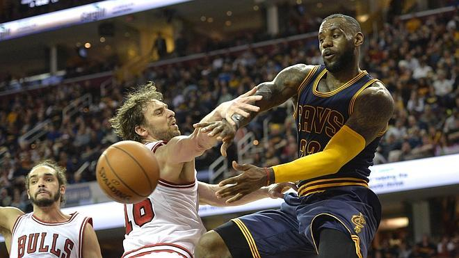 LeBron James 'derrota' a los Bulls con un 'triple-doble'