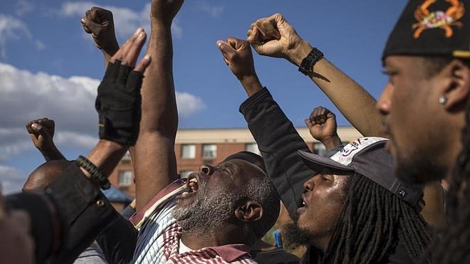 Toque de queda en Baltimore mientras Obama cuestiona las tácticas policiales