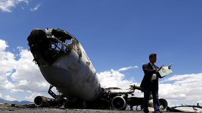 La coalición árabe bombardea el aeropuerto de Saná tras su oferta de tregua