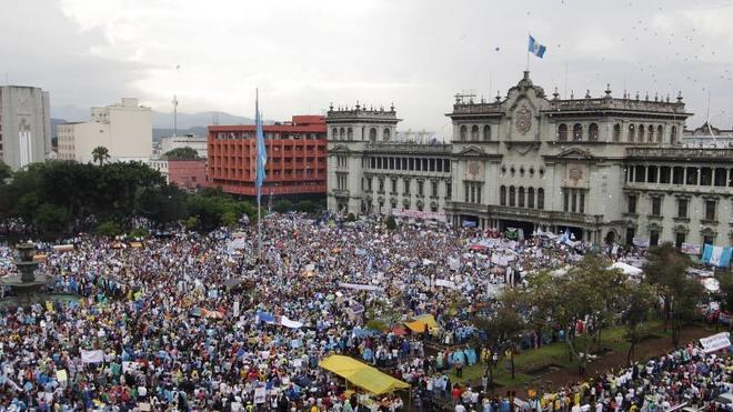 Miles de guatemaltecos salen a la calle para pedir la renuncia del presidente