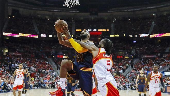 LeBron James aplasta a unos Hawks plagados de lesionados