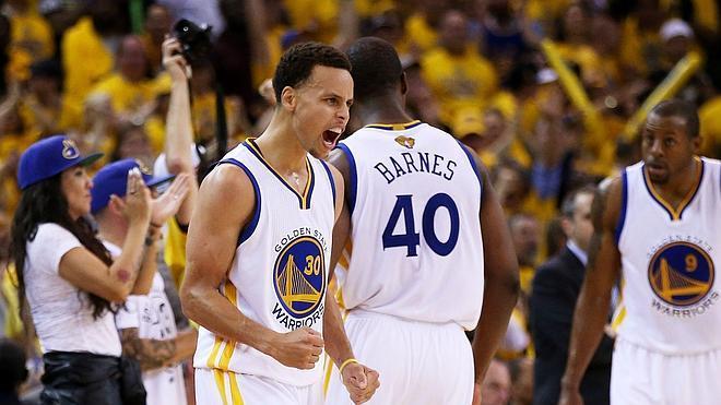 Los Warriors golpean primero pese a los 44 puntos de LeBron