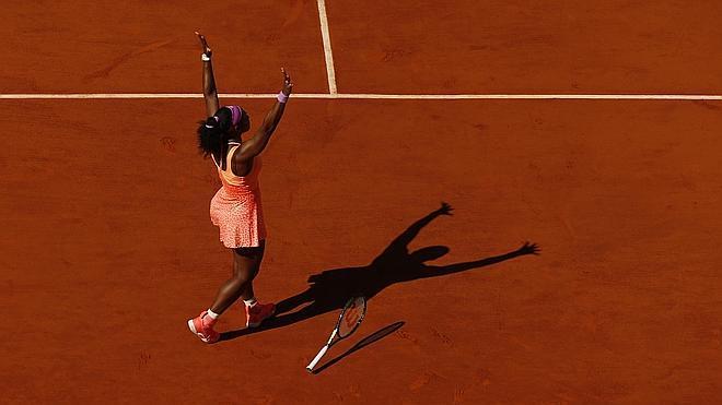 Serena Williams aplasta a Safárová para ganar su tercer Roland Garros