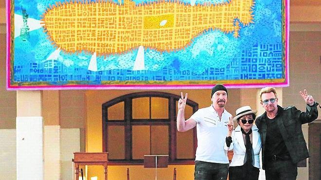 Yoko Ono y U2 desvelan en Nueva York un gran tapiz en recuerdo de John Lennon