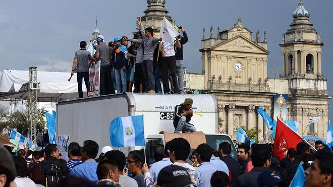 Miles de guatemaltecos piden la dimisión del presidente Otto Pérez Molina por corrupción