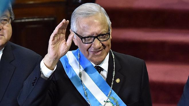 El exjuez Maldonado jura como presidente de Guatemala tras la renuncia de Pérez Molina