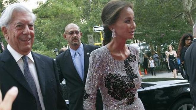 Isabel Preysler y Vargas Llosa acuden de la mano a la fiesta de Porcelanosa en Nueva York