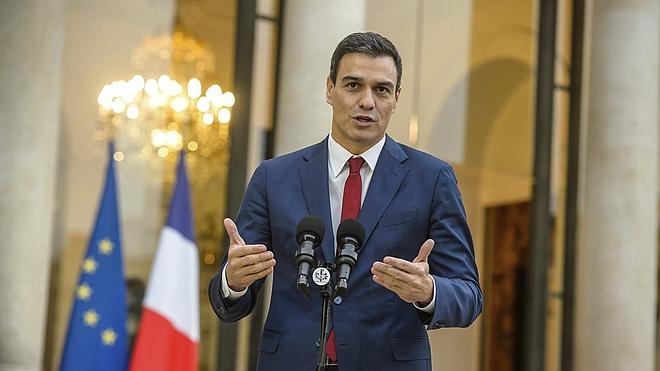 Sánchez recibe en París el respaldo de Hollande y Valls a su candidatura