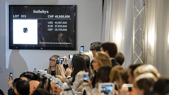 Subastado el diamante 'Blue Moon' por 40 millones de euros