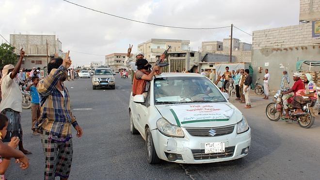 Fuerzas progubernamentales arrebatan a los rebeldes dos ciudades de Yemen
