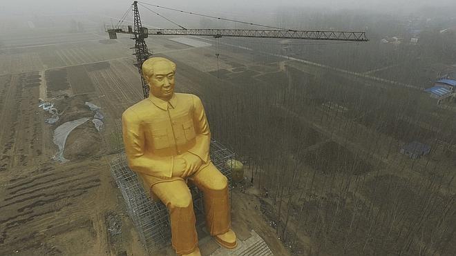 Derriban la gigantesca estatua dorada de Mao por «ilegal»