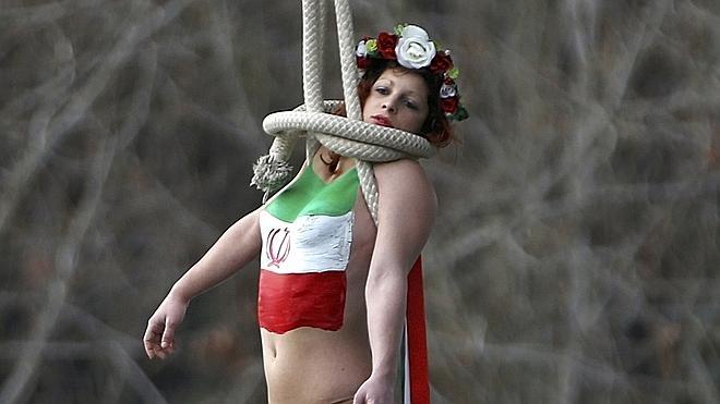 Femen recibe a Rohaní en Francia simulando una ejecución