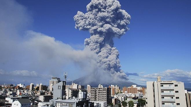 El volcán japonés Sakurajima entra en erupción a 50 kilómetros de una planta nuclear