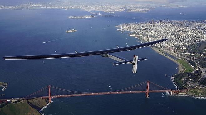 El Solar Impulse 2 aterriza en California tras cruzar el Pacífico