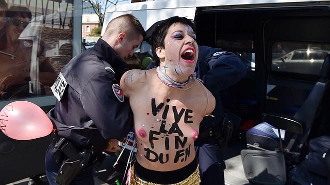 La Policía francesa detiene a varias activistas de Femen que trataron de boicotear un acto de Le Pen