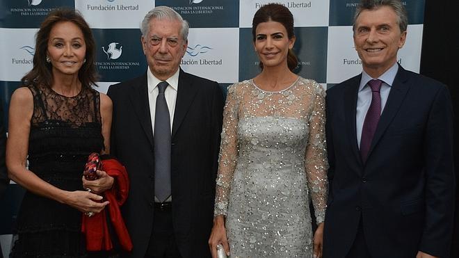 Vargas Llosa e Isabel Preysler acuden a una cena benéfica con Macri y su esposa