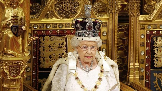 Isabel II, 63 años cumpliendo el guión