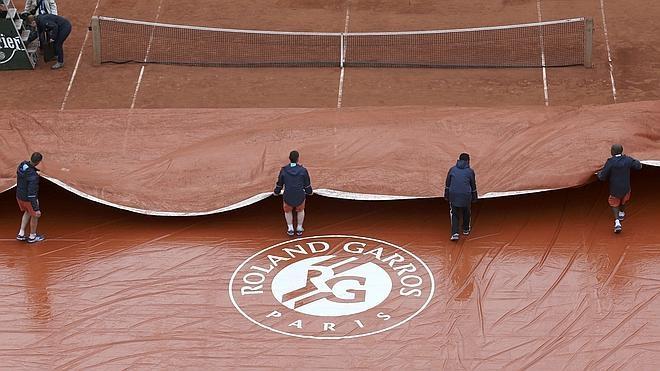 La lluvia sólo permite acabar diez partidos en la apertura del torneo