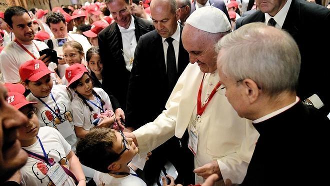 El Papa se reúne con huérfanos de padres inmigrantes ahogados en el Mediterráneo