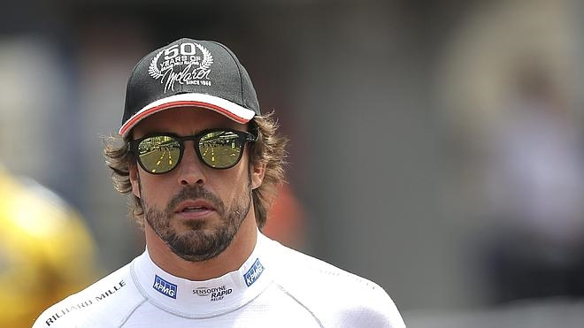 Alonso se echa el equipo a la espalda