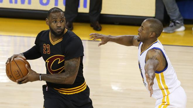 James e Irving superan a Curry y Thompson