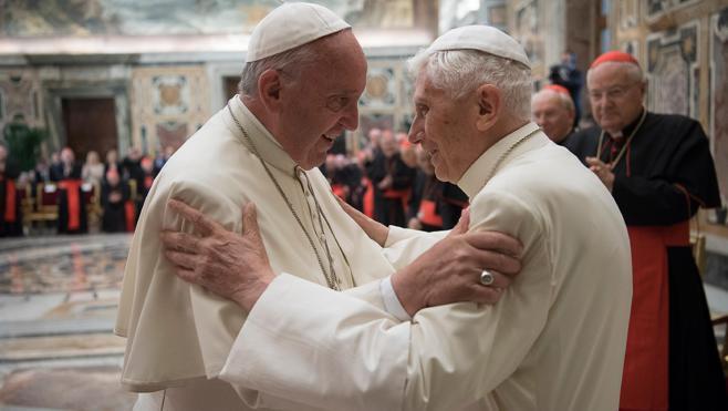 Francisco, a Benedicto XVI: «Usted, santidad, sigue sirviendo a la Iglesia»