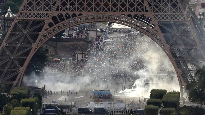 Gases lacrimógenos en la Torre Eiffel