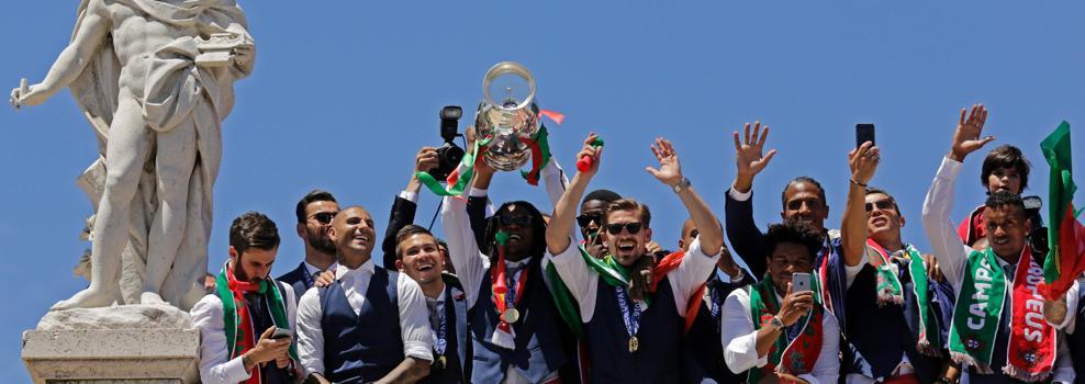 Portugal, exultante, recibe a los campeones como héroes