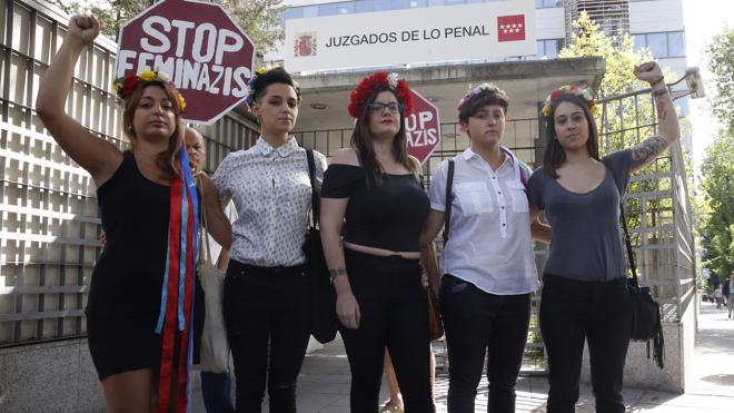 La líder de Femen defiende su «pacifismo» y acusa a los provida de atacarlas
