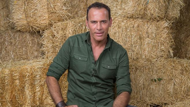 Carlos Lozano, entre granjeros y esposas