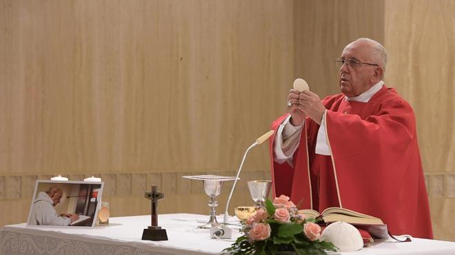Francisco celebra una misa en memoria del cura francés asesinado por yihadistas