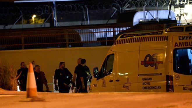 Un total de 67 inmigrantes se fugan de un CIE de Murcia tras amotinarse y agredir a 5 policías