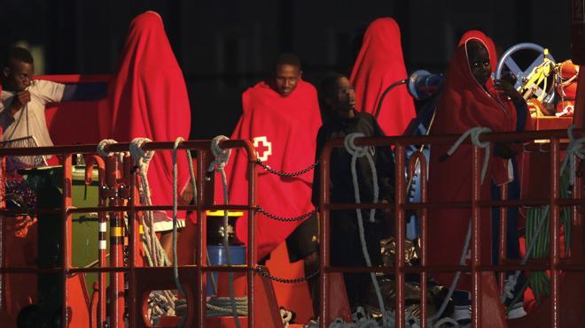 Once inmigrantes marroquíes, entre ellos nueve menores, llegan en una patera a Conil