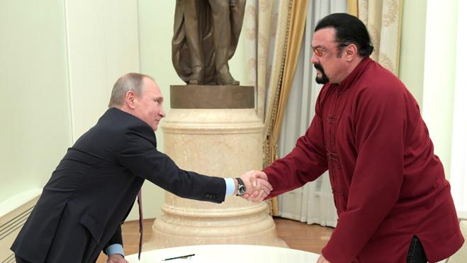 Putin entrega el pasaporte ruso a Steven Seagal