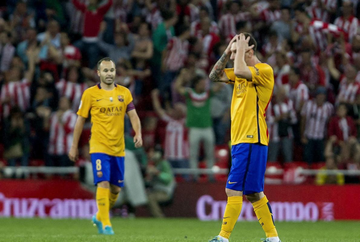 El peor Barça se agarra a Iniesta para recuperar su esencia