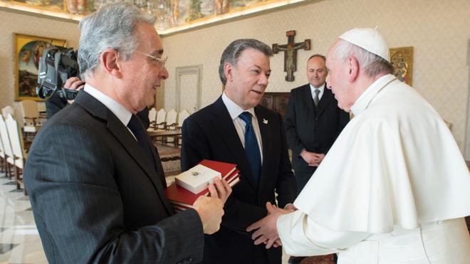 Santos insta a Uribe ante el Papa a colaborar para implementar los acuerdos de paz