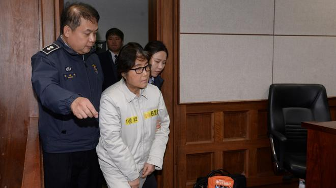 La confidente de Park rechaza los cargos contra ella en su primer día de juicio
