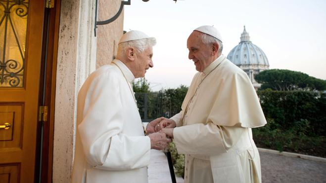 El Papa visita a Benedicto XVI para felicitarle la Navidad