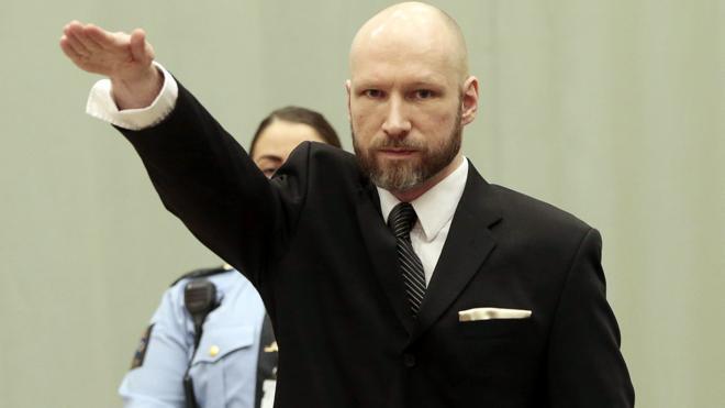 Breivik hace un saludo nazi al comenzar su juicio de apelación en Noruega