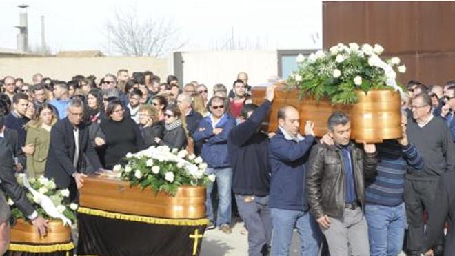 Silencio absoluto para despedir a los cinco jóvenes fallecidos en Torre Pacheco