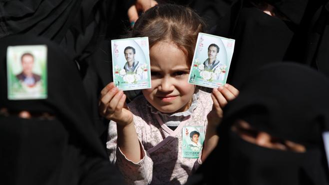 Los niños hambrientos de Yemen piden limosna