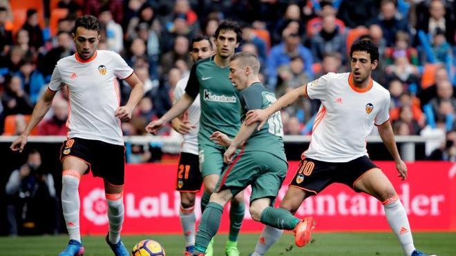 Un Valencia muy serio gana bien al Athletic y se aleja del descenso