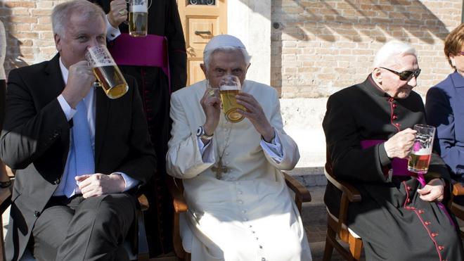 Benedicto XVI celebra su 90 cumpleaños con una fiesta bávara y cerveza
